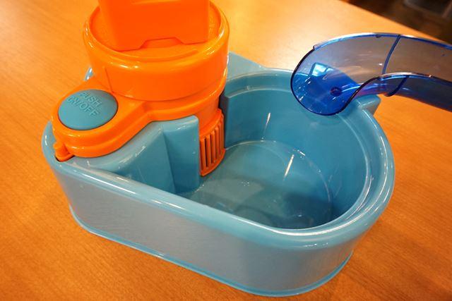 プールに水を入れて写真左のボタンを押すと、吸水口兼ファンカバーから水が吸い上げられます