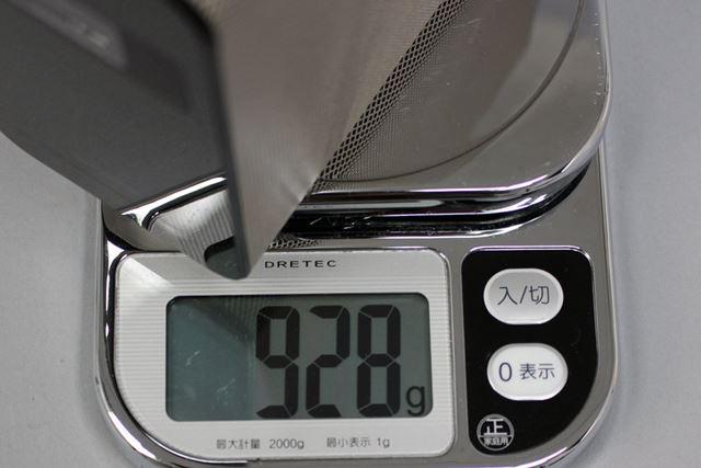 手元の計りで計測した重量は928g。プロジェクターとしても軽量だ