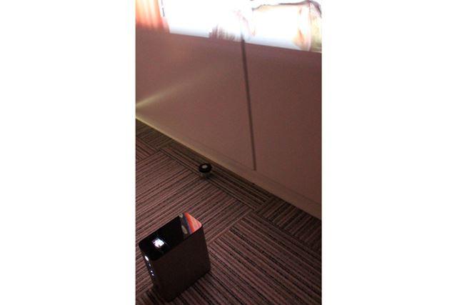 壁に投影するときは、レンズ部分を上向きに設置。画面サイズは壁との距離で調節する