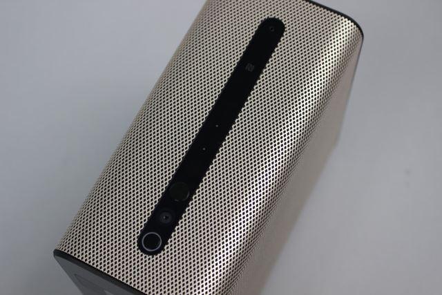 ボディ上面には、電源とボリュームの各ボタン、カメラ、NFCポートなどが配置されている