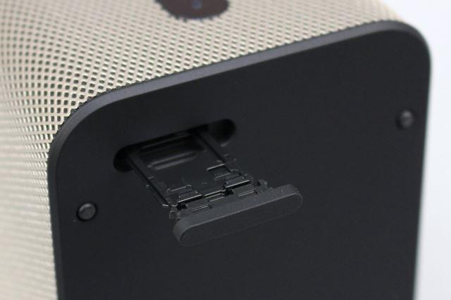 増設用のmicroSDXCメモリーカードスロットは背面に引き出し式のトレーとして備わる