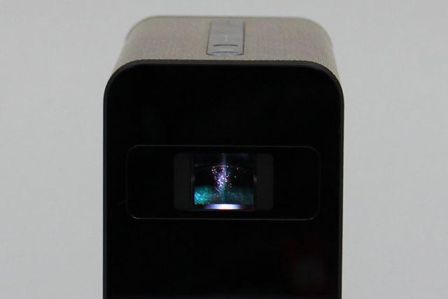 本機のプロジェクター部分は、「Life Space UX」と共通。すぐ手前のテーブルや壁などに映像を映し出せる