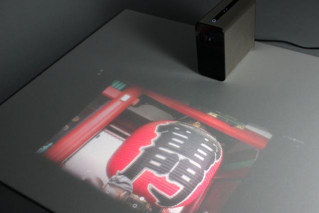 画質と操作性を追及するなら、白くて、フラットかつ硬い机や床などがベストだろう