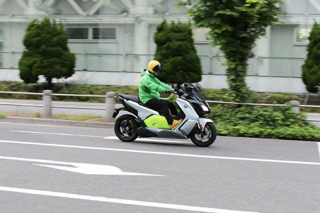 回生ブレーキで減速もコントロールできるので、右手を回すことで速度はかなり自由に操れる