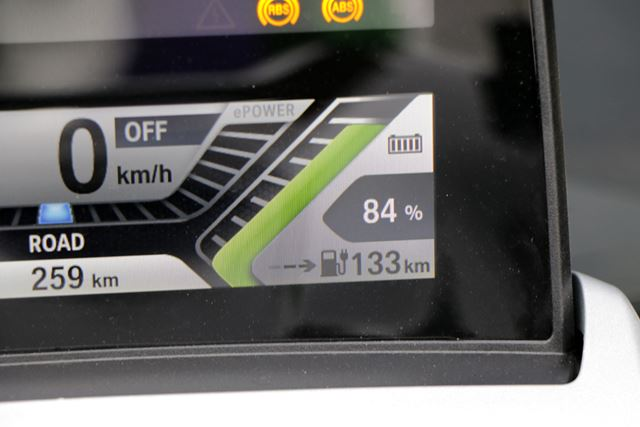 モニター右下に表示される残りの走行可能距離は、それまでの電費実績から計算されるため、実際の数値に近い