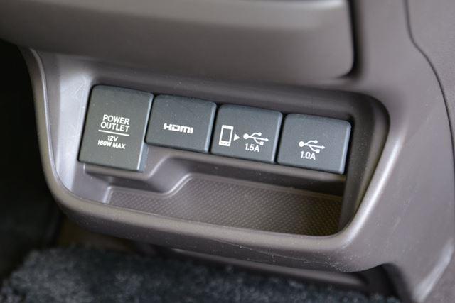 フリードはカーナビとのオプションで、1.5Aと1AのUSBポートが搭載される。さらにHDMIポートも備わる
