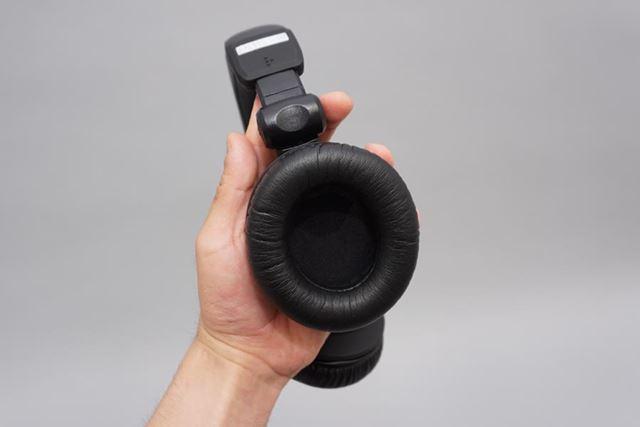 右ハウジングは、DJスタイルでも利用できるように回転機構を搭載