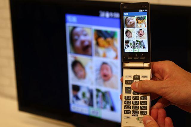 ケータイの画面をワイヤレスでテレビに映し出せる「テレビde写真」機能が最大の特徴
