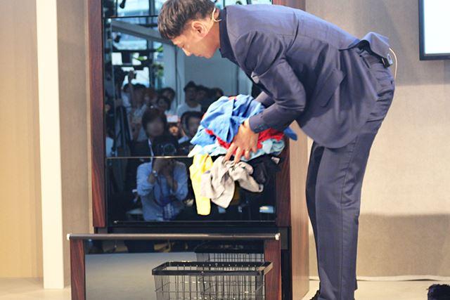 使用する際は、針が3時の位置にある状態で、最下段の「インサートボックス」に乾いた洗濯物を入れる