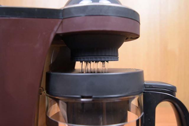 ドームにためた熱湯をドリッパーに注ぎ入れ、再びお湯をためる間にコーヒー粉をしっかりと蒸らす