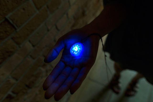 底にあるボタンを押すと光ります。石たちが騒ぎだす気がします