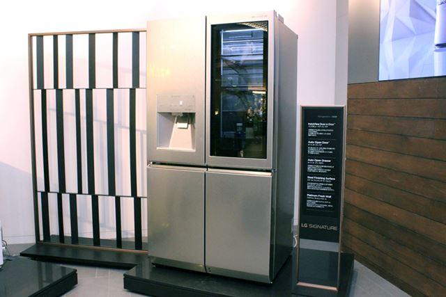 ノックで庫内のライトが自動点灯する冷蔵庫。海外のエレクトロニクスショーなどでは何度も登場していた