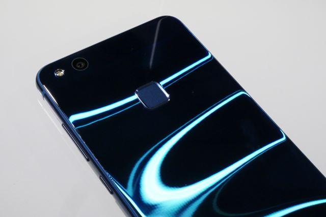 新色のサファイアブルーは、光の当たり具合により波がうねって見えるデザインになっている