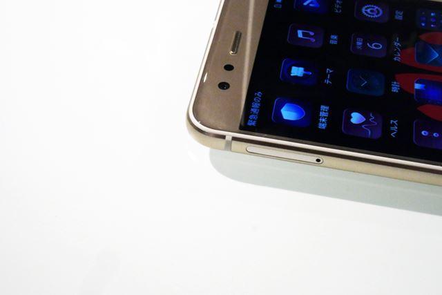 本体にはメタルフレームの両面エッジパネルを採用。滑らかな曲面を実現し、手のひらにフィットしやすい