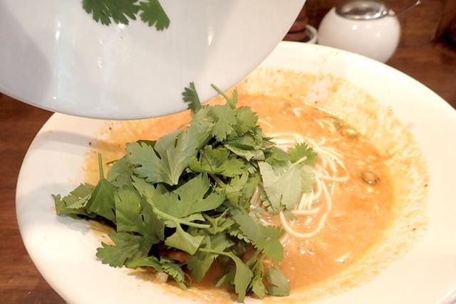替え玉をスープに入れたと同時に、パクチーをどっさり投入!