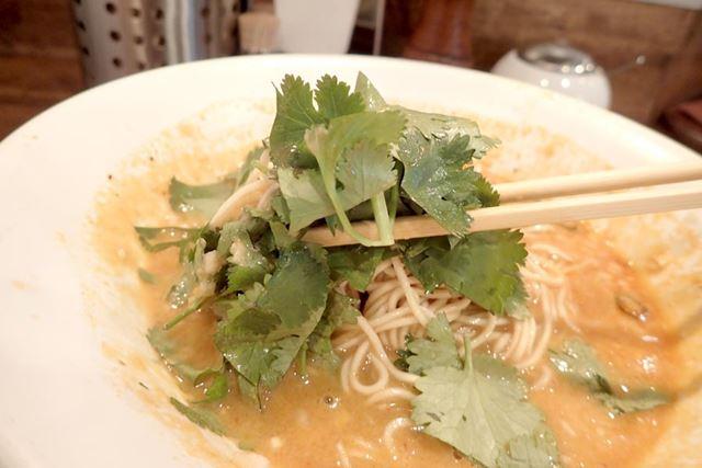 パクチーと酸味のあるスープの相性は抜群で、アジアンテイストが楽しめます