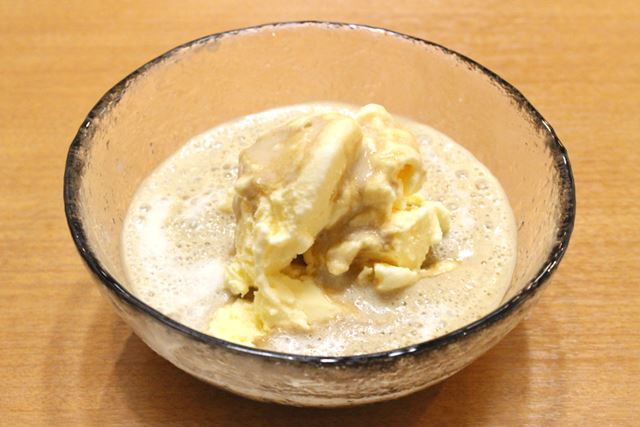 泡だけをアイスクリームにかけて「クレマアフォガード」にするのもおいしい! ハマる…
