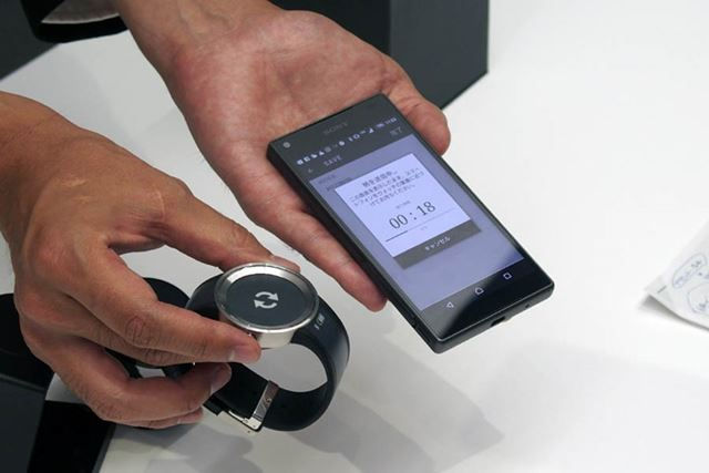 スマートフォンとの連携にはBluetooth 4.1 LEを使用。転送は1分ほどで完了する