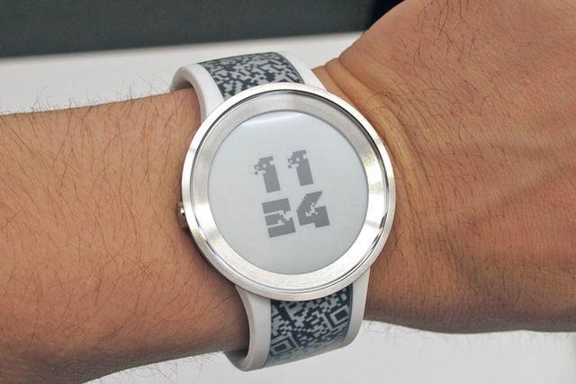 ケースに金属素材を使用し、より時計らしいデザインとなった