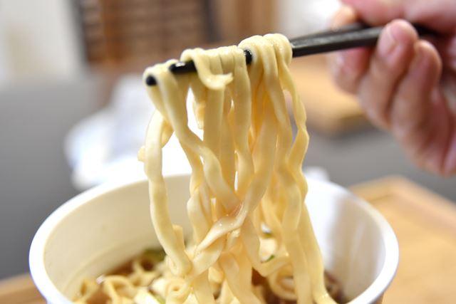 麺は、同じくマルちゃんの「赤いきつねうどん」のような幅広麺。コシもあります