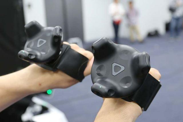 両手には、手の動きをトラッキングする専用グローブを装着します