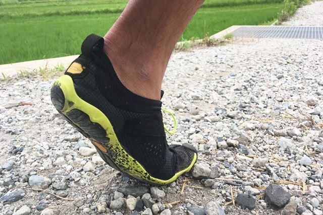 多少の砂利道なら、足裏に石が当たっても痛くありません