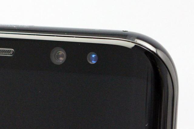 インカメラの隣に並ぶ、虹彩認証用の赤外線カメラ。暗い場所でも認証が行える