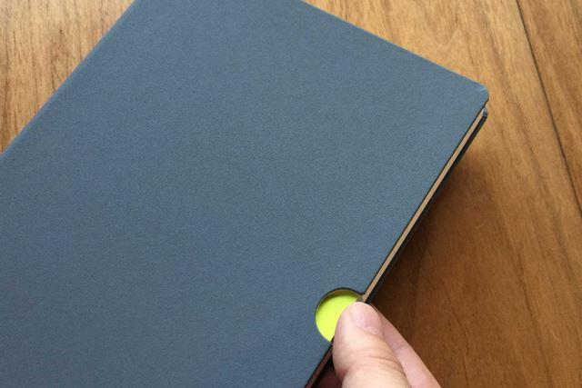 凹みにはまった親指でノートをめくれます
