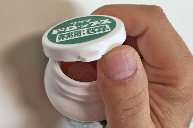 フタは片手でも開けられます。缶のフタだと硬いときがあるので、非常時は開封しやすいのがいいですね