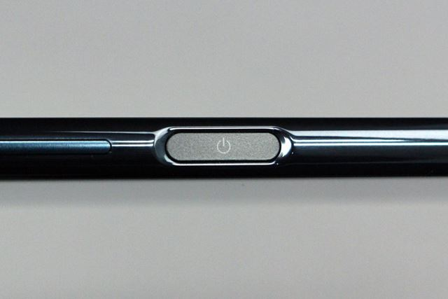 側面の電源ボタンと一体化された指紋認証センサー。応答速度や認証精度はかなり高い