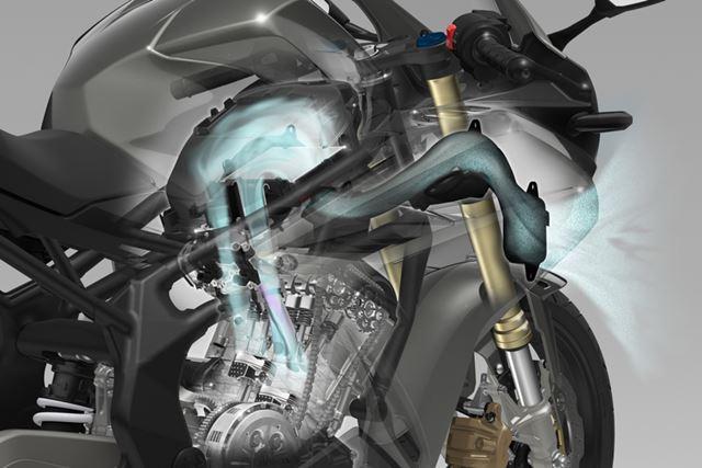 車体の前方から燃焼室まで効率よくフレッシュエアを送り込むダウンドラフト式のレイアウトを採用