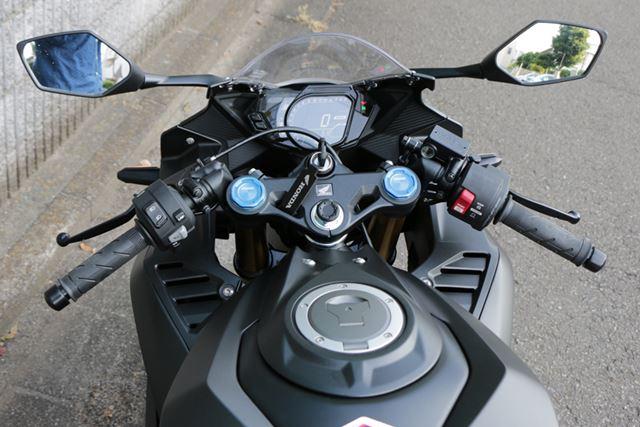 コックピットにはデジタルメーターを採用し、21世紀生まれのマシンらしい仕上がり