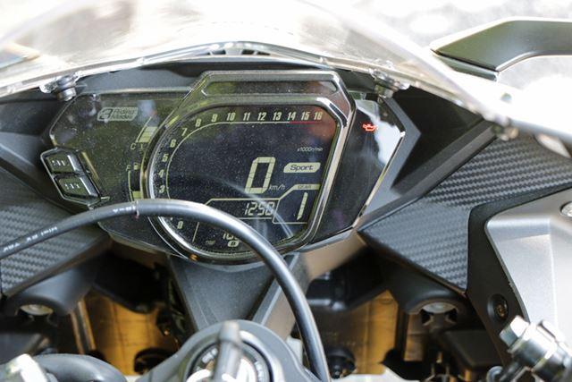 メーターの中央には速度、その横に走行モードが表示される。そして、周囲にはタコメーターを配置