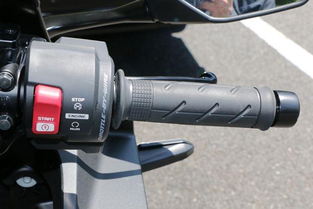 電子制御式の「スロットル・バイ・ワイヤ」を採用。アクセルの操作感は従来モデルと変わらない