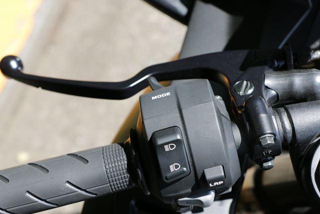 走行モードの切り替えは、左手側のトリガー式のボタンで行う。走行中でも切り替え操作は可能だ