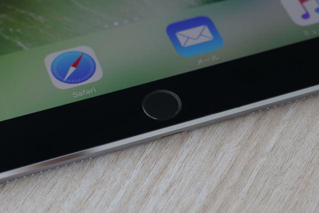 ホームボタンは物理式で、iPhone 7のような感圧式ではない