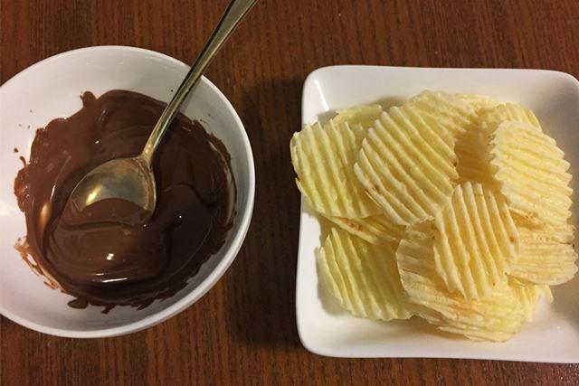 まずは、ミルクチョコを溶かしました