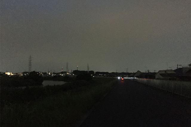 やってきました、夕暮れの川原
