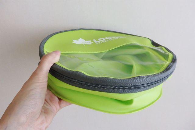 厚みは5cmほどで、薄いとまでは言えませんが、バッグに入れてもかさばりません