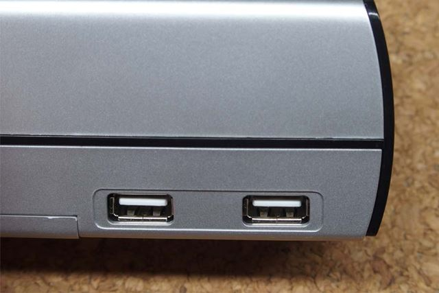 USB端子は左右に2か所ずつ、計4か所あります。端子の種類はUSB2.0です