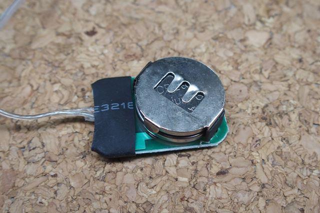 シリコン製のカバーを外すと、電池の交換ができます