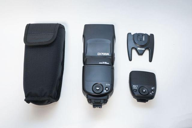 内包物は左から、専用ケース、Di700A本体、脚、Air1本体