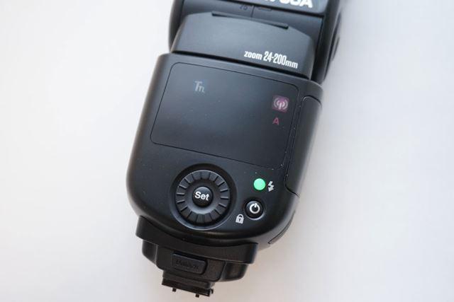 本体背面(ファインダー側)には調光やモードの設定をするボタンやダイヤルが並びます