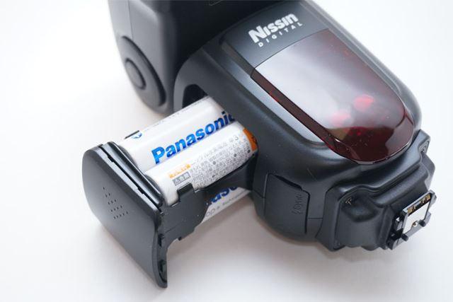 単3形乾電池4本で駆動します。出し入れは4本が収まるマガジンタイプにて