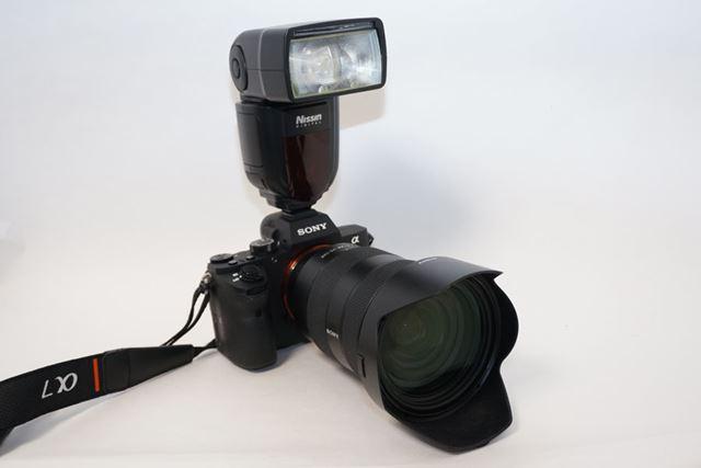 愛用のソニーα7IIに装着してみました。光の明るさを示すガイドナンバーは54。本体重量は380g