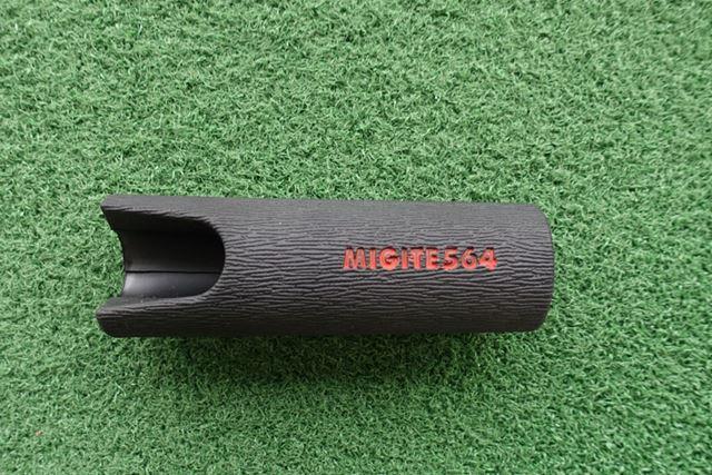 軟らかいゴムでできています。赤い文字はMIGITE564(ミギテゴロシ)…