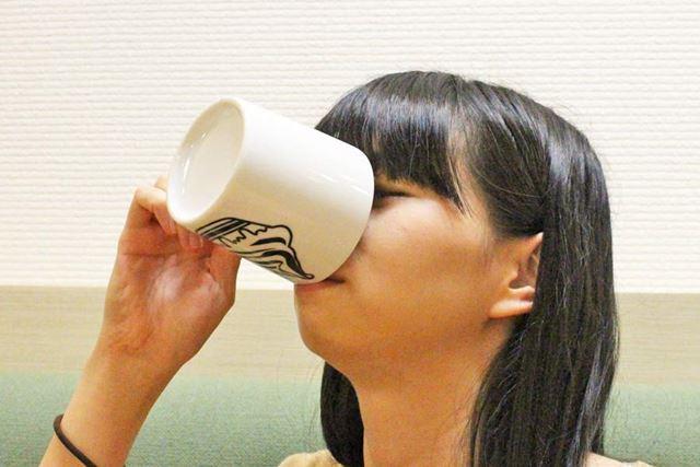 クビを傾けにゃ、最後まで飲めない…。しかもフチが当たる