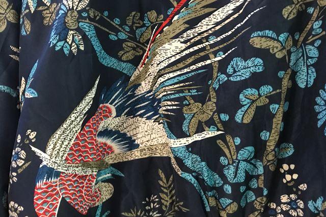 暗めの藍を背景に、紅色の鷹がこちらを睨みつけております