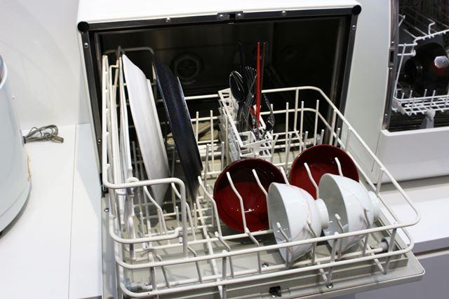 「キッチン愛妻号」は、大きな平皿もラクにセットできるようになりました