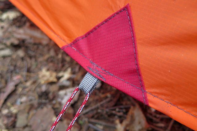 フライシートに力がかかる部分には、別布を当てて補強されている